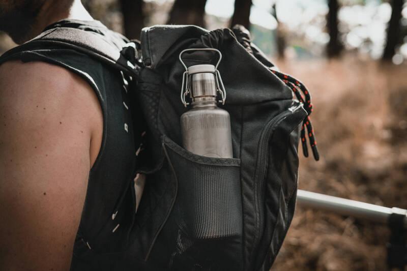 Wasserflasche aus Edelstahl im Rucksack