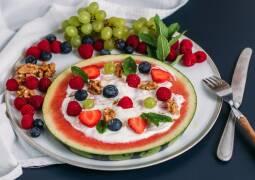 Wassermelonenpizza mit griechischem Joghurt