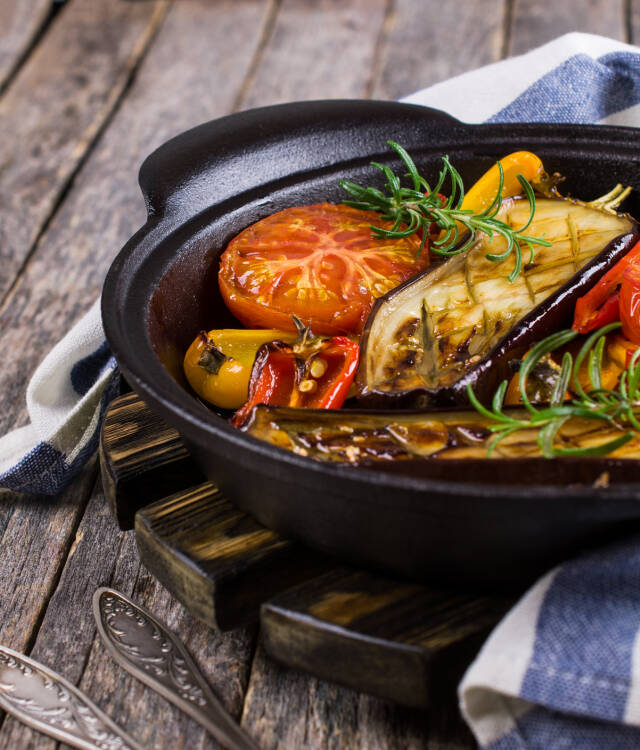 Grillgemüse in einer gusseisernen Schale