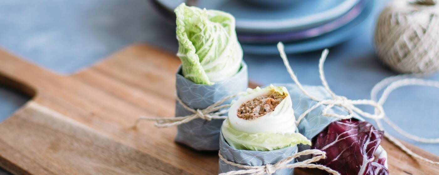 Eine Woche kochen mit Kohl? Kein Problem – hier kommen 7 moderne Gerichte mit Kohlgemüse, wie diese Rohkostwraps.