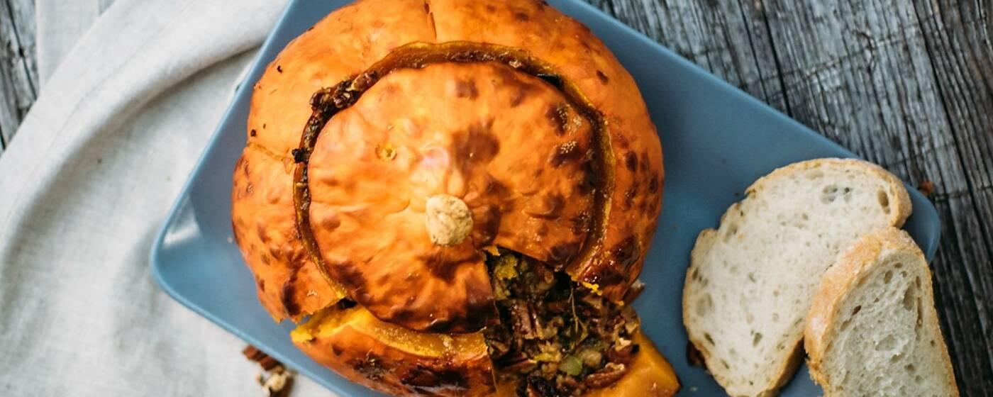 7 leckere Gerichte die gut in die Weihnachtszeit passen – wie dieser gefüllte Hokkaido-Kürbis. Von oben fotografiert.
