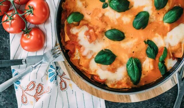 Diese Woche kommen Gerichte aus ganz Europa auf den Tisch. Wie zum Beispiel dieses leckere Ratatouille. Gemüsescheiben in Auflaufform geschichtet und in feiner Tomatensauce überbacken.