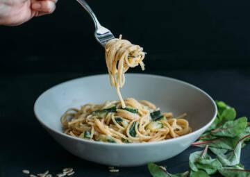 Wochenplan Familienalltag: Spaghetti mit veganer Zucchinisoße