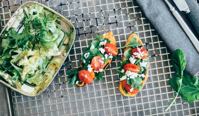 Vegetarische Süßkartoffeltoasts mit Feta und Tomaten