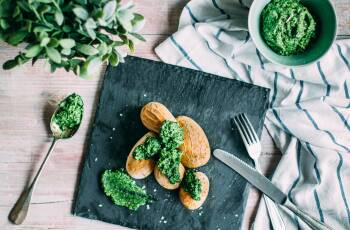 Spanische Salzkartoffeln mit Feldsalat Pesto
