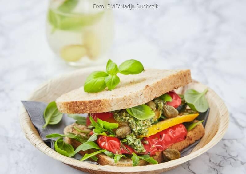 Wochenplan leichte Gerichte Vorweihnachtszeit: Röstgemüse-Sandwich mit Kapernpesto