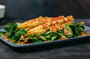 In unserem saisonalen Wochenplan für den April findest du 5 leckere Gerichte mit frischen Zutaten, die im April Saison haben. Wie zum Beispiel diesen feinen Spargel à la Bordelaise.