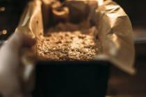 Bananenbrot in Kastenform kommt in den Ofen