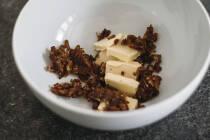 Gehackte Butter und Datteln in einer Schüssel