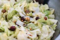Salat mit soße mischen