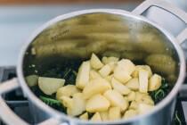 Kartoffel-Würfel und Grünkohl in Topf