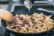Pasta mit Radicchio und Walnüssen in der Pfanne