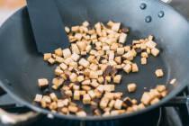 Räuchertofu-Würfel in beschichteter Pfanne