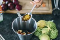 Öl auf Esslöffel abgemessen wird in Gefäß für Dressing gegeben.