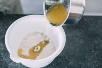 Geschmolzene Margarine zu Mehl-Zucker-Mischung geben