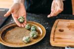 Zubereitung: Jetzt die Knödel formen, dafür einfach mit angefeuchteten Händen kleine Teigbällchen formen.
