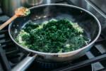 Zubereitung: Nach ca. 3 Minuten den Spinat hinzugeben, mit Salz, Pfeffer und Muskat abschmecken und weitere 2 Minuten erhitzen.