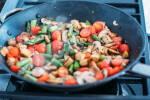Zubereitung: Die Kirschtomaten und den weißen Spargel zugeben und unterrühren.