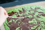 Zubereitung: Mit Hilfe eines Holzstäbchens Muster in die Schokolade ziehen.