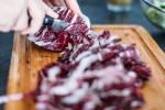Zubereitung: Den Radicchio putzen, vierteln und in grobe Streifen schneiden