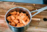 Zubereitung: Die Süßkartoffelwürfel in einen Topf oder eine Schüssel geben.