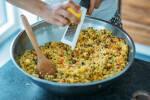 Zubereitung: Den Abrieb und Saft von 3 Zitronen dem Couscous-Salat hinzufügen.