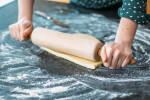 Zubereitung: Den Teig auf einer bemehlten Arbeitsfläche mit einem Nudelholz dünn ausrollen.