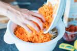 Zubereitung: Karotten klein reiben und zur Masse hinzugeben.
