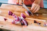 Zubereitung: Die Zwiebeln vierteln.