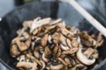 Zubereitung: Angebratene Pilze in einer Schale.