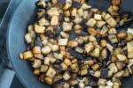 Zubereitung: Die Aubergine in grobe Würfel schneiden.