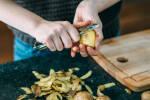 Zubereitung: Die Kartoffeln schälen.