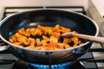Zubereitung: Die Kürbishälften mit Schale würfeln und in einer Pfanne mit dem Öl andünsten