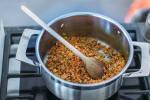Zubereitung: Rote Linsen und andere Zutaten werden in Topf angeschwitzt