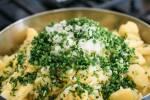 Zubereitung: Schnittlauch und Schalotten in dünne Streifen schneiden und zu den Kartoffeln geben.