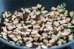 Zubereitung: Den Tofu und die Frühlingszwiebeln in einer Pfanne anrösten.