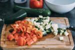 Zubereitung: Die Zucchini und die Paprika würfeln.