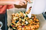 Zubereitung: Die Süßkartoffeln nach 10 Minuten aus dem Ofen nehmen und die restliche Gemüse-Marinaden-Mischung zu den Süßkartoffeln auf dem Backblech verteilen und alles bei 200 Grad für weitere 20 Minuten in den Ofen schieben.