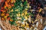 Zubereitung: Die Nudeln Absieben und Antipasti  und Kräuter darüber geben