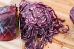 Zubereitung: Den Rotkohl in sehr schmale Streifen schneiden