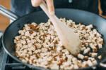 Zubereitung: Den Tofu in einer Pfanne anbraten