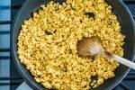 Zubereitung: Den Tofu mit den Zwiebeln anbraten