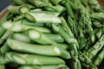 Zubereitung: Die grünen Spargelstangen schräg in mundgerechte Stücke schneiden.