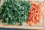 Zubereitung: Paprika waschen, entkernen und würfeln, Grünkohl schneiden