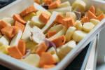 Zubereitung: Pastinaken, rote Zwiebel und Süßkartoffeln in einer Auflaufform vermischen.