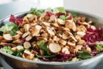 Zubereitung: Salat mit Brezen garnieren und Dressing darüber geben.