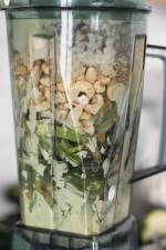 Zubereitung: Zutaten für vegane Cashewsoße in Mixer