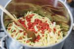 Zubereitung: Mit Brühe ablöschen und die Paprika zugeben
