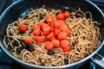 Zubereitung: Spaghetti, Tomaten, Oliven, Knoblauch, Kapern vermengen und ziehen lassen