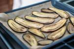 Zubereitung:Die Aubergine für ca. 20 Minuten bei 180 °C in den Ofen schieben.